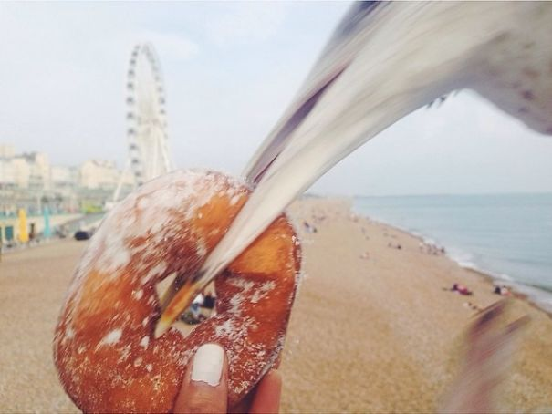 чайка ворует пончик