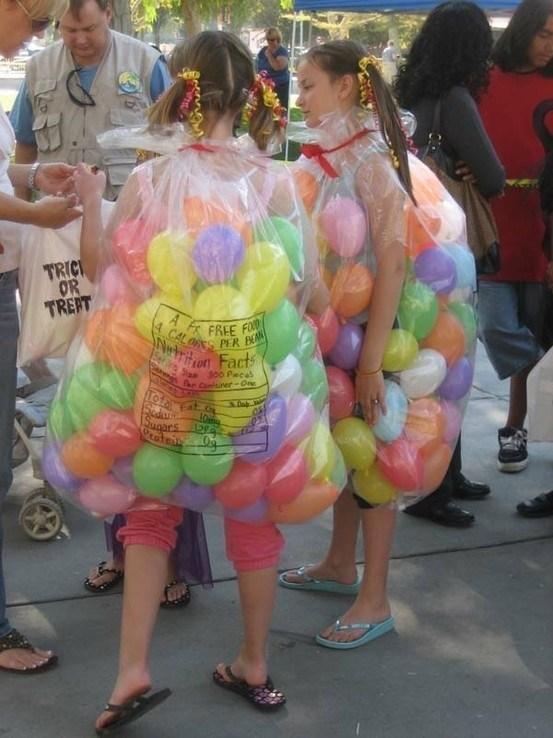 девочки в мешках с шариками