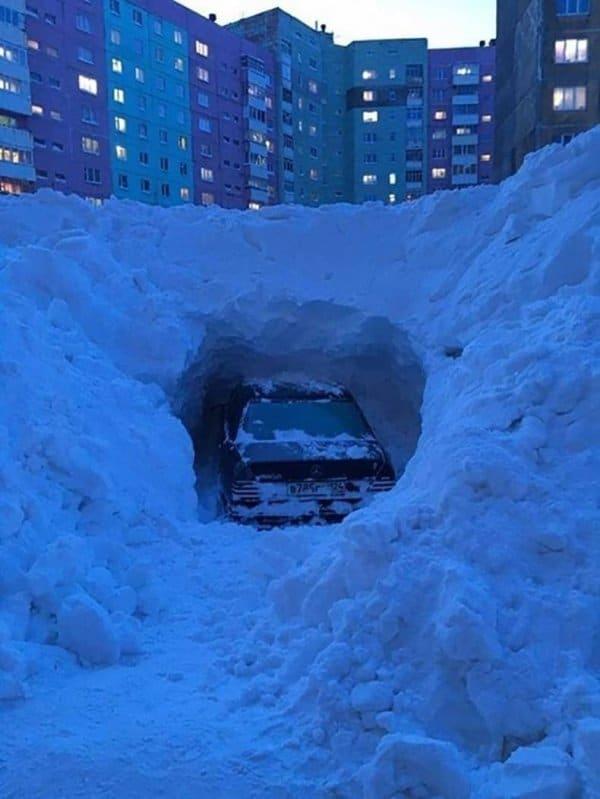 машина в сугробе снега