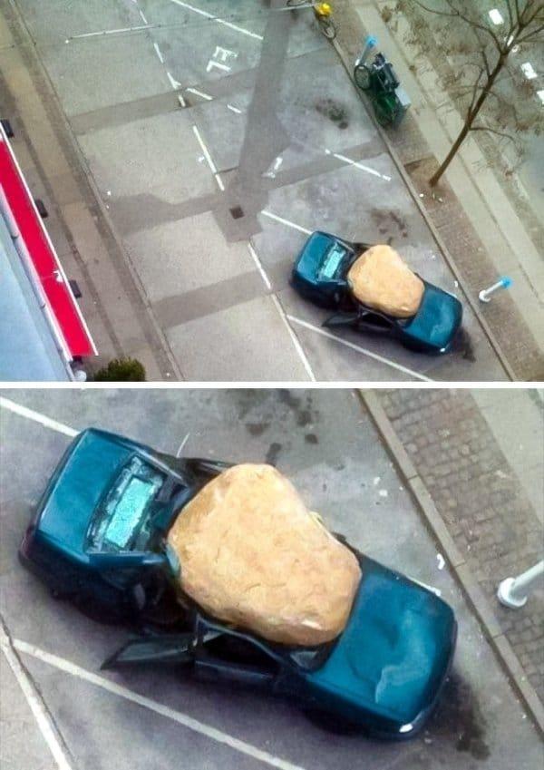большой камень на крыше синего авто