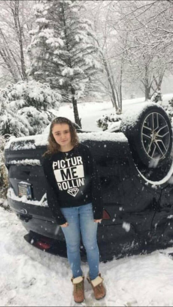 девушка стоит рядом с перевернутой машиной