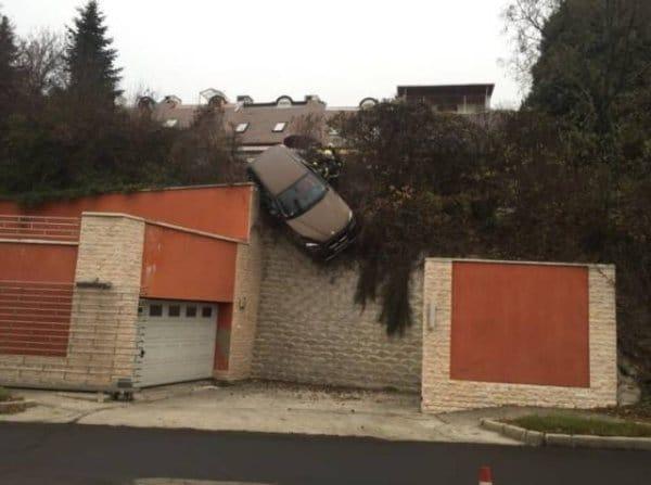 машина висит на стене