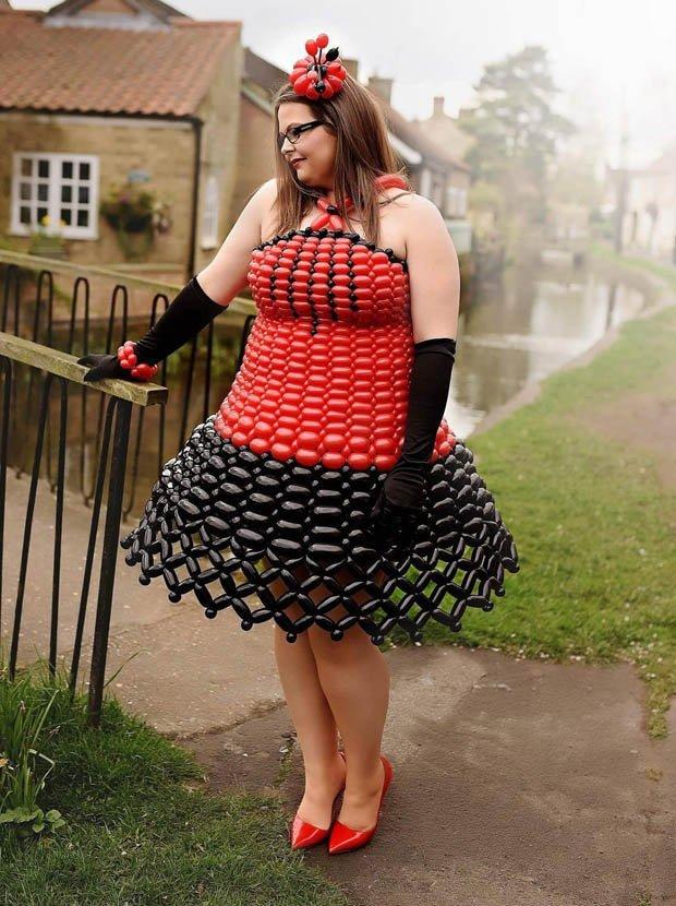 девушка в черно-красном платье из шариков