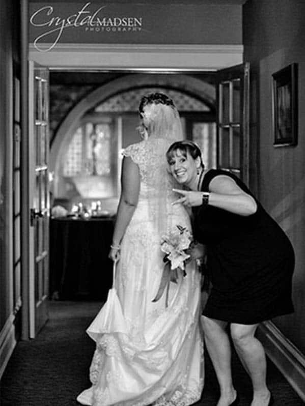подружка за спиной у невесты