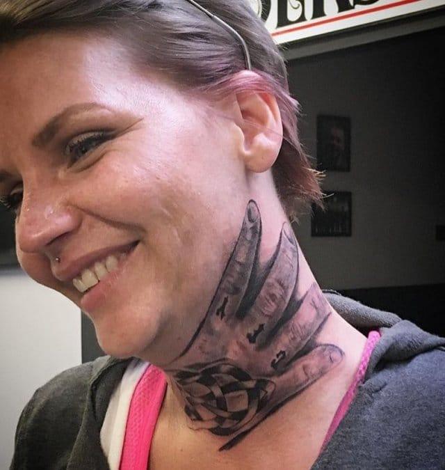 женщина с тату на шее