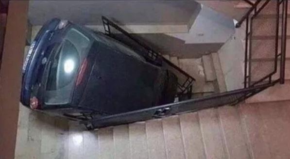 машина на ступеньках в подъезде