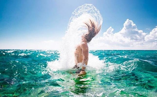 мужчина выныривает из воды