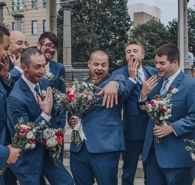 парни в синих костюмах с букетами