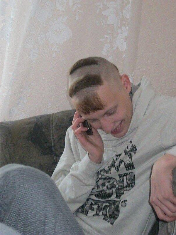 парень говорит по мобильному телефону