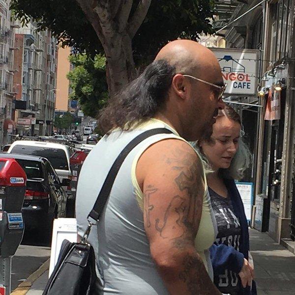 мужчина в очках на улице