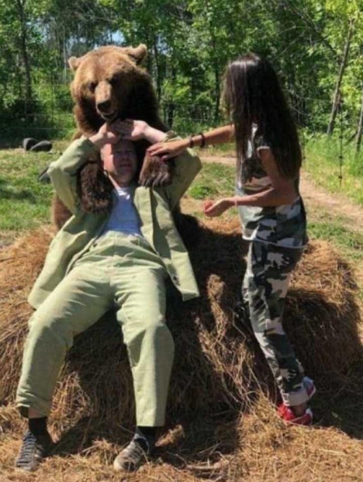 мужчина, девушка и медведь