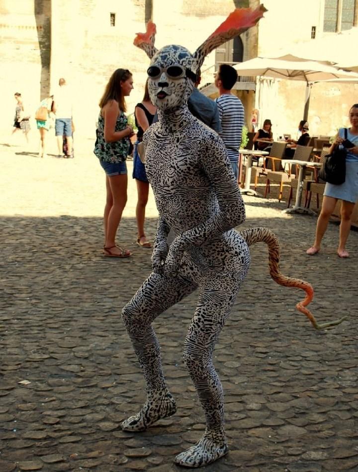 девушка в леопардовом костюме