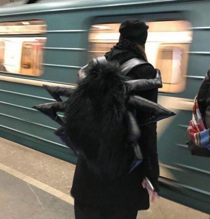 парень с рюкзаком-пауком в метро