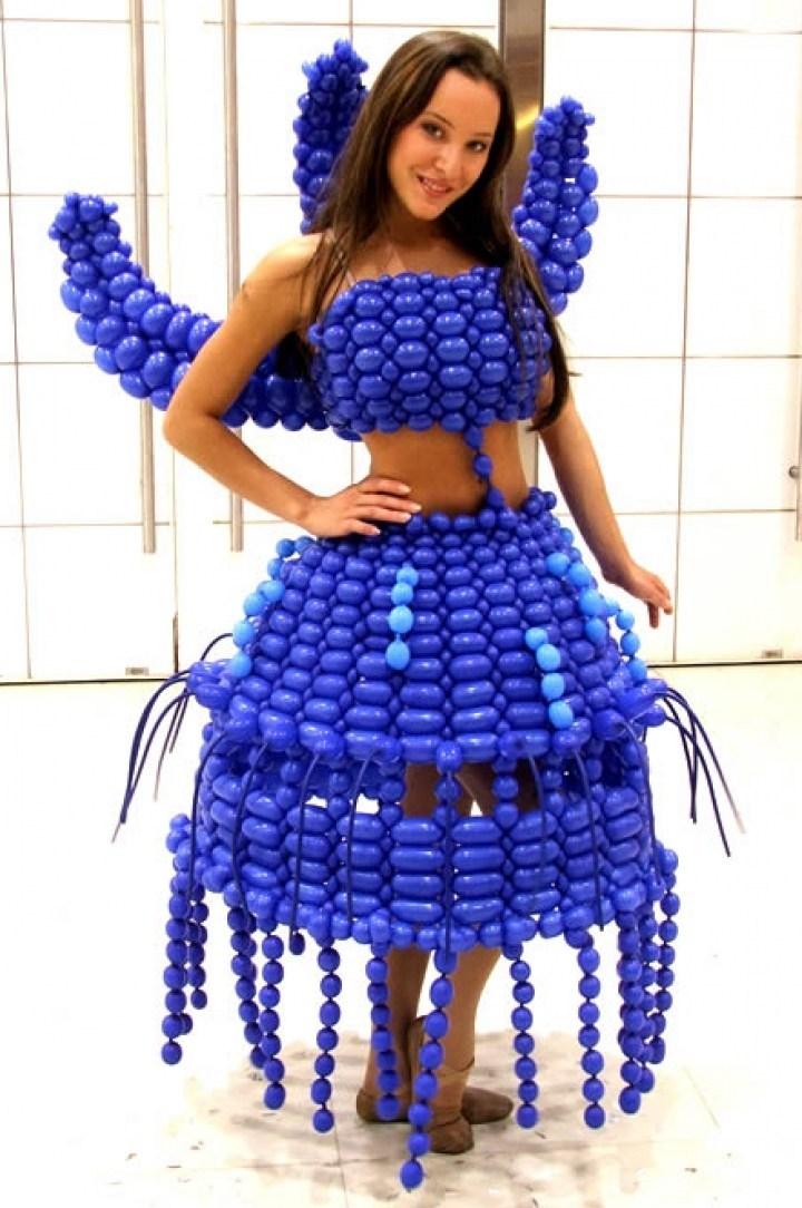 девушка в синем платье из шариков