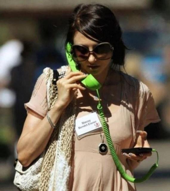 девушка с зеленой трубкой телефона