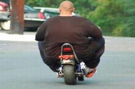 полный мужчина на мотоцикле