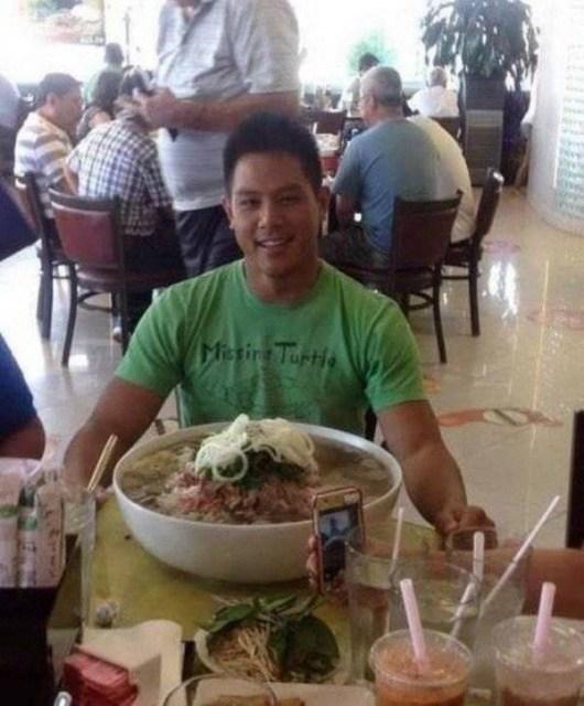 парень с большой тарелкой супа