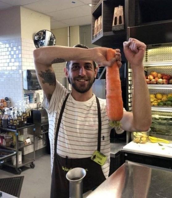 парень с морковкой в руке