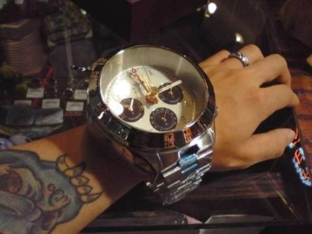 большие часы на руке