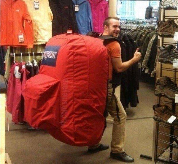 парень с огромным рюкзаком на спине