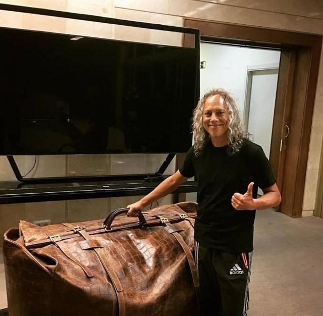 мужчина с большим чемоданом