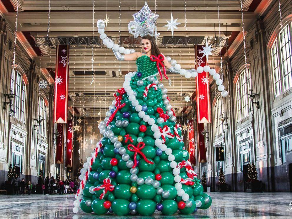 девушка наряженная новогодней елкой