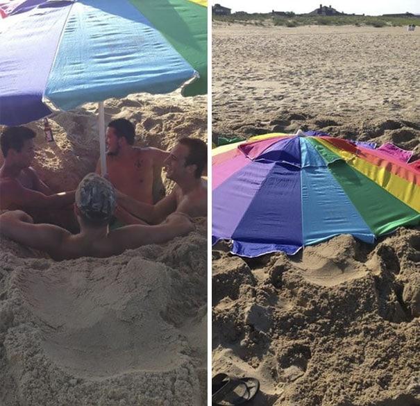 парни сидят под зонтом на пляже