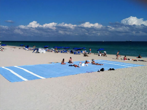 синий коврик на пляже