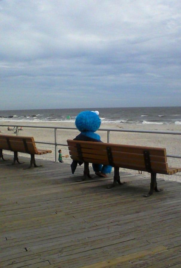 человек в костюме Элмо смотрит на море