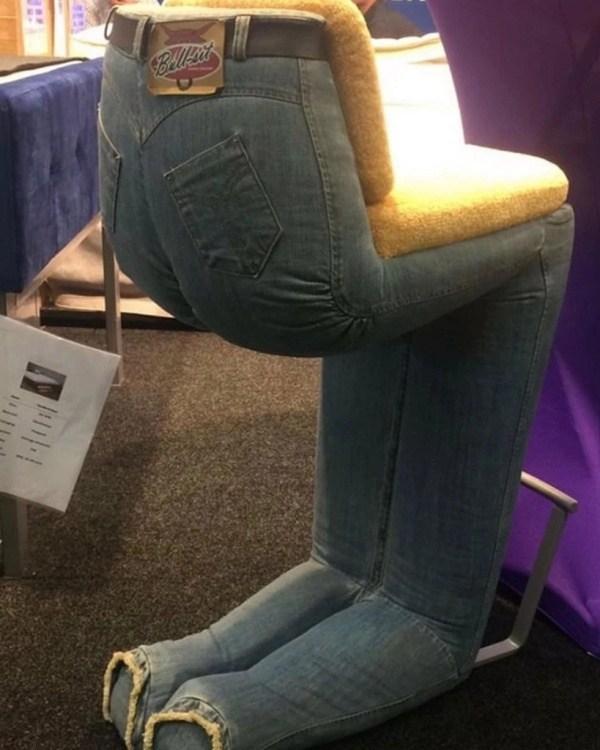 стул с джинсами