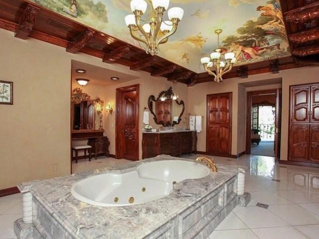 ванна посреди комнаты