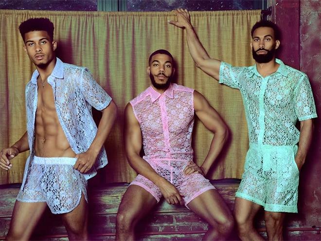 парни в кружевных костюмах