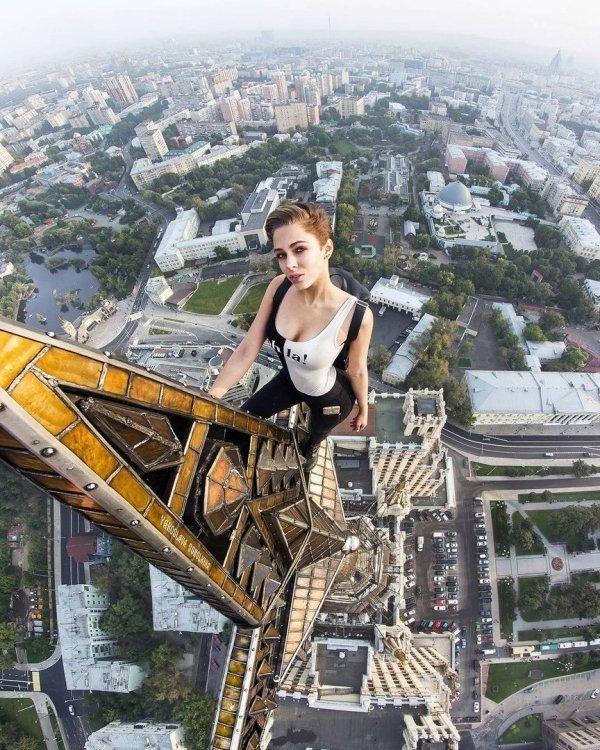 девушка на вершине небоскреба