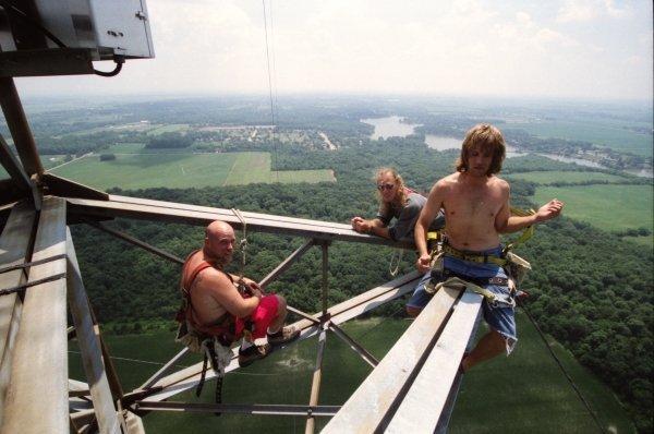 мужчины сидят на большой высоте