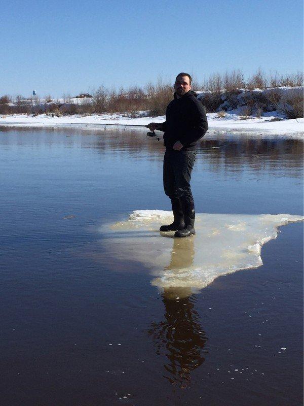 мужчина на тающей льдине