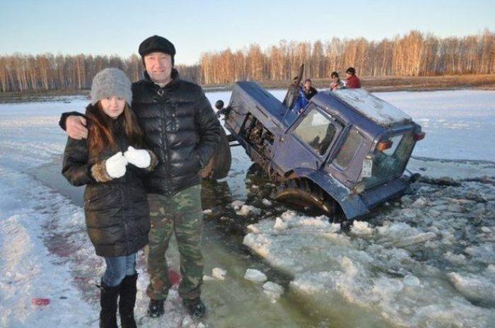 пара на фоне тонущего трактора