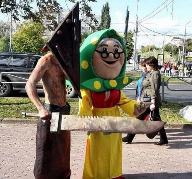 люди в сказочных костюмах
