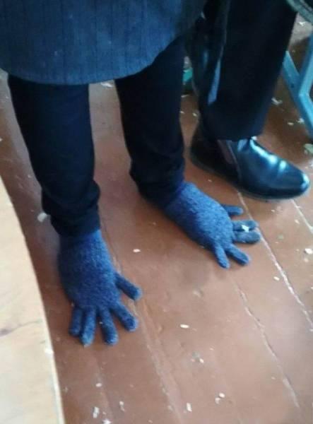 перчатки на ногах