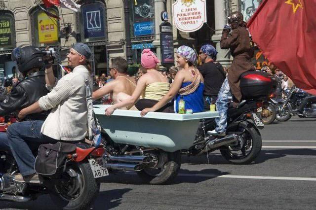 женщины в ванной на мотоцикле