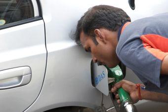Россияне ездят в Казахстан заправлять автомобили, потому что там бензин вдвое дешевле автомобили,бензин,новости