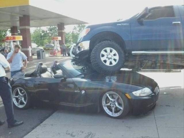 одна машина поверх другой