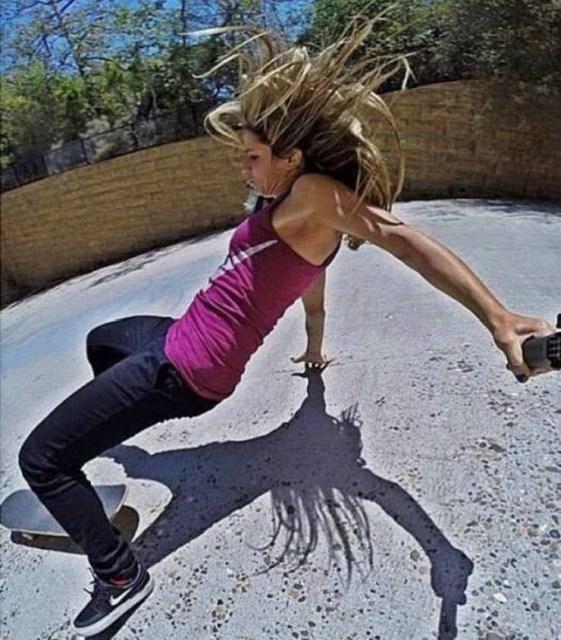 блондинка падает со скейтборда