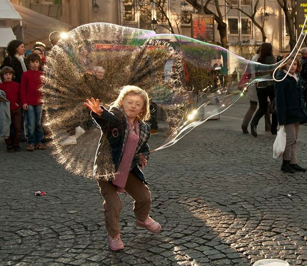 мальчик в мыльном пузыре