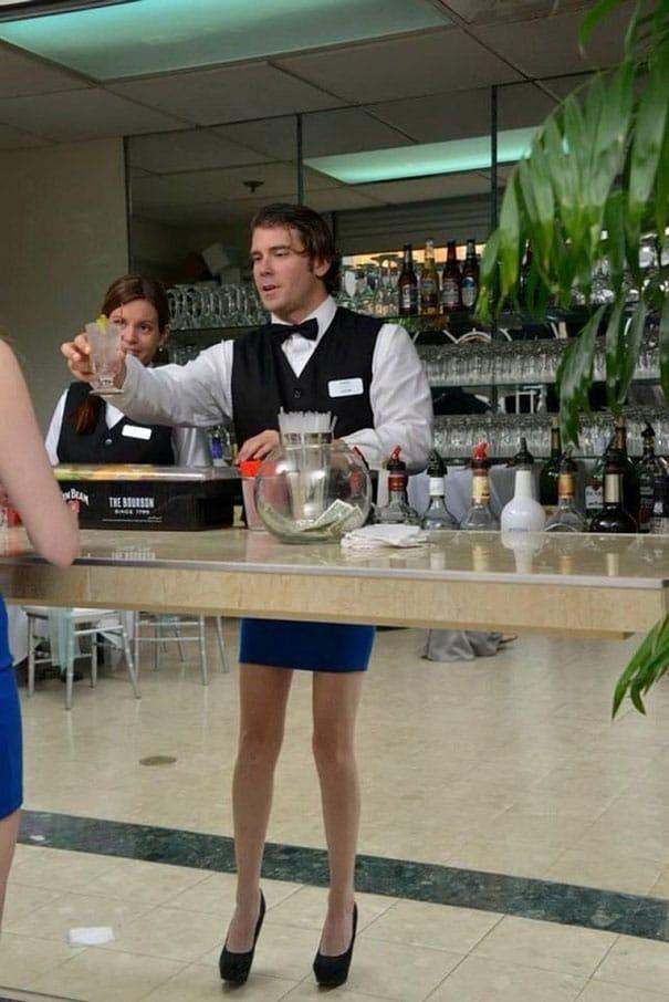 бармен за стойкой