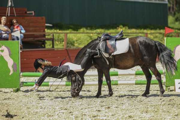 девушка падает с лошади