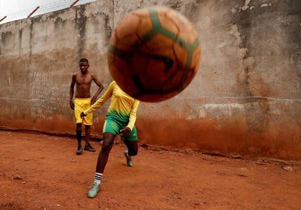 мяч и футболисты