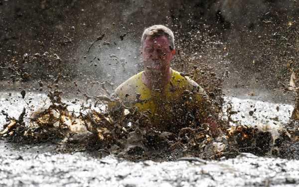 мужчина по пояс в грязной воде