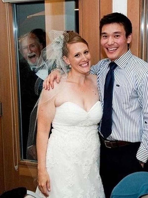 жених, невеста и мужчина в окне