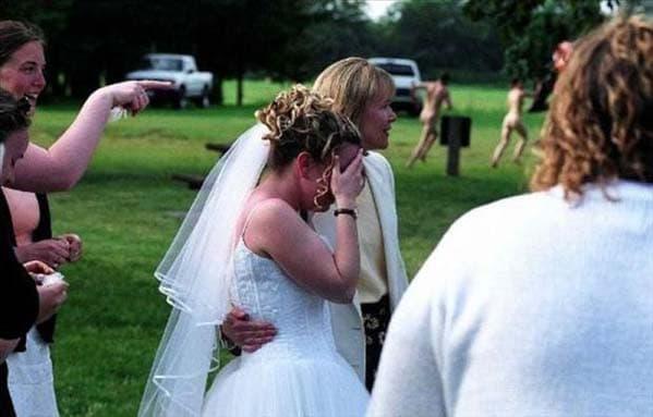 невеста на фоне нудистов