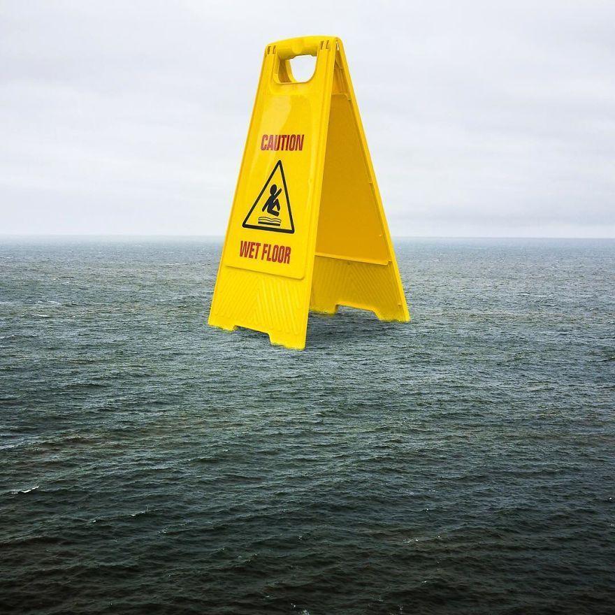 море и табличка с мокрым полом